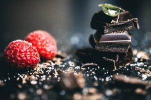 Bitar av mörk choklad och hallon
