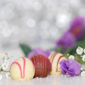 Två vita chokladtryfflar och en mjölkchoklad tryffel